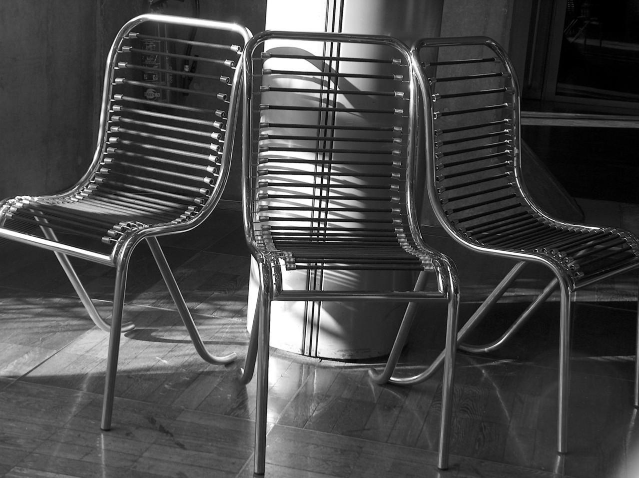 Nowoczesność i design w salonie meblarskim - krzesła
